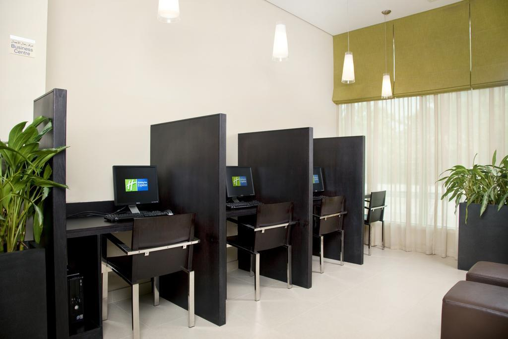 Фото отеля Holiday Inn Express Dubai Safa Park 2*