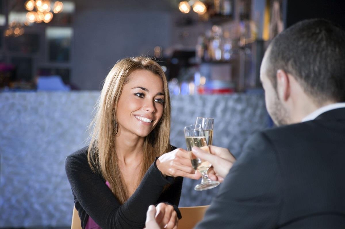есть парень знакомится с девушкой в баре отдыхаю выпивают наслаждайтесь удивительными секс-приключениями