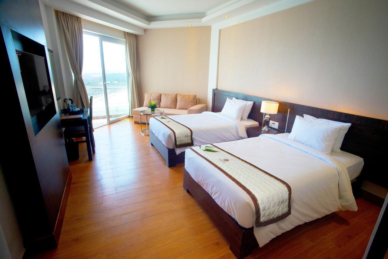 Отель с видом на море находится в центре нячанга, в 2 минутах ходьбы до пляжа, недалеко от магазинов, ресторанов